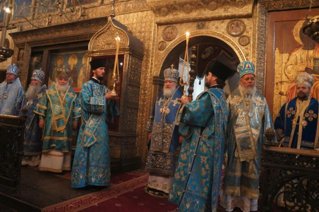 Patriach Kirill giving the final blessing at the Dormition Liturgy