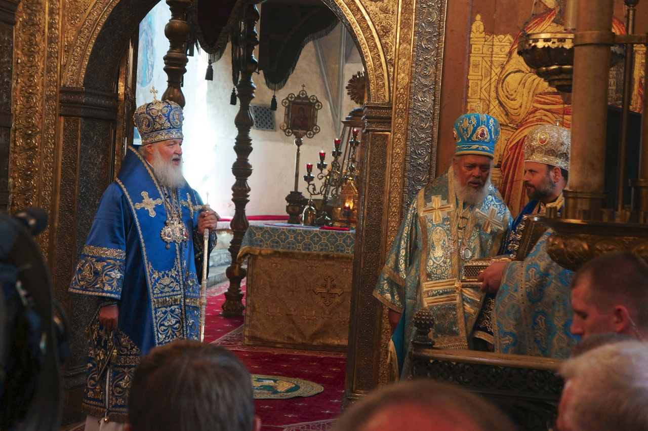 Patriarch Kirill presenting the reliquary to Bishop Nicholas as Archbishop Niphon translates